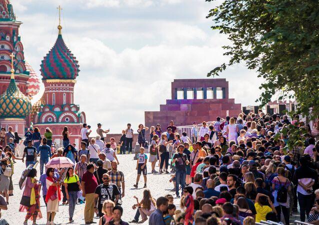 'Lenin'i görmek': Futbolseverler mozoleye girebilmek için uzun sıralar oluşturdu