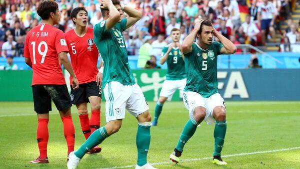 Mario Gomez ile Mats Hummels'in Güney Kore karşısında 2-0 yenikken kaçırılan gole tepkisi - Sputnik Türkiye