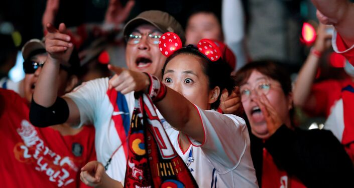 Güney Kore- Almanya maçı esnasında Güney Koreli taraftarlar