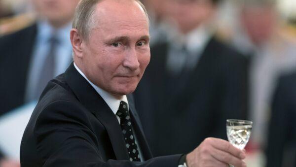 """Putin, resepsiyonda askeri okul mezunları, güvenlik güçlerinin yanı sıra Rusya ordusu ile Rusya için kadeh kaldırdı. Putin """"Mareşal Aleksandr Pokrışkin'in sözlerini hatırlatmak istiyorum: En kutsal görev, daima Rusya için olandır. Rus subaylarımızın verilen görevleri kusursuzca yerine getireceğinden, vatanımız ve halkımızın güvenliğini koruyacağından eminim"""" dedi. - Sputnik Türkiye"""
