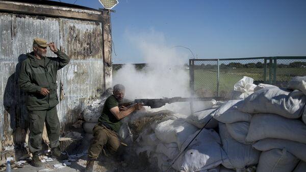 Donbass people's militia fighters during training at the Krasny Partizan border checkpoint - Sputnik Türkiye