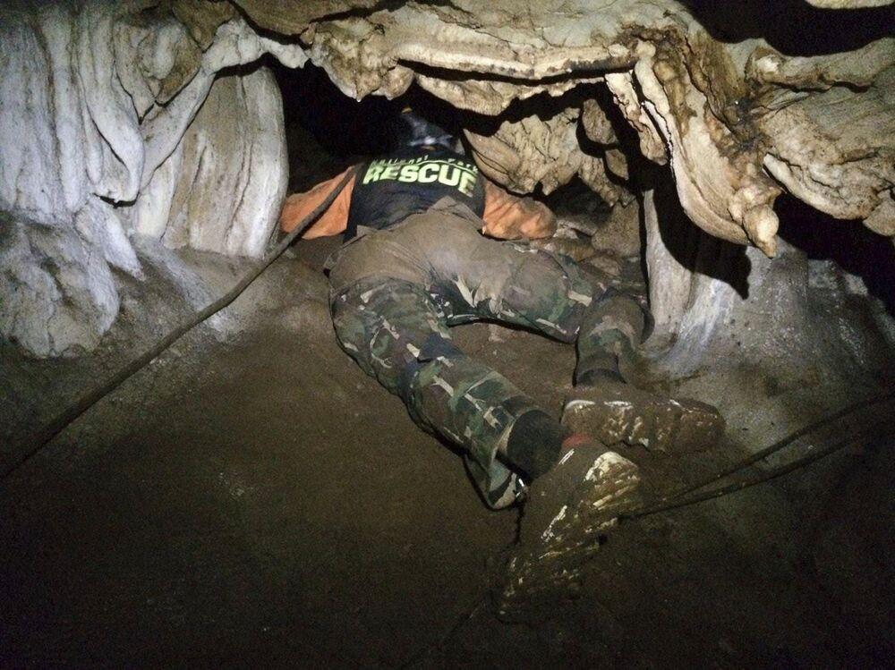 Bu arada mağara dışında çalışan ekipler de mağaraya alternatif giriş sağlayabilecek hava boşlukları aramayı sürdürdü. Tayland deniz komandolarının yanı sıra İngiltere'den ve ABD ordusundan dalgıçların eşlik ettiği arama ekipleri suyla dolan mağara galerilerinde ilerleyebilmek için sütunları matkaplarla delerek tavanlarda nefes boşluğu açmaya çalıştı. Tayland Yer Altı Suları Dairesine bağlı bir ekip yağmur sularını tahliye edebilecek bir kuyu bulmak umuduyla yerin 30 metre altına kadar kazdı, fakat bir sonuca ulaşılamadı.