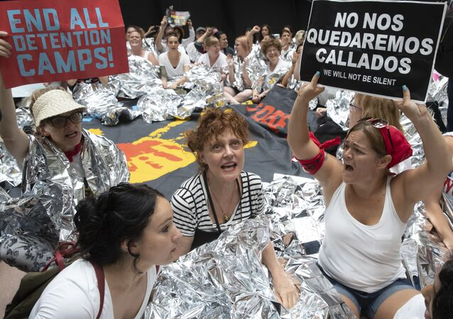Trump'ın göçmen politikasını protesto eden aktris Susan Sarandon beraberindeki yüzlerce kadınla birlikte gözaltına alındı