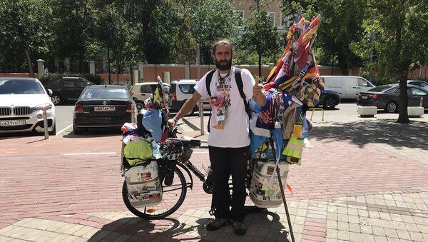 Bisikletle Dünya Kupası'na gelen Arjantinli Matyas Amaya - Sputnik Türkiye