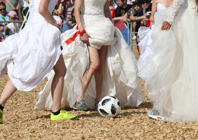 FIFA 2018 Dünya Kupası maçlarını ağırlayan Rusya'ya bağlı Tataristan'ın başkenti Kazan'da gelinlik giyen güzeller soluğu futbol sahasında aldı.