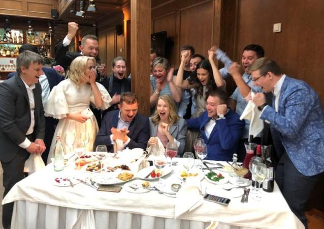 Rusya milli takımından, Rus gelin ve damada düğünde 'çeyrek' hediyesi