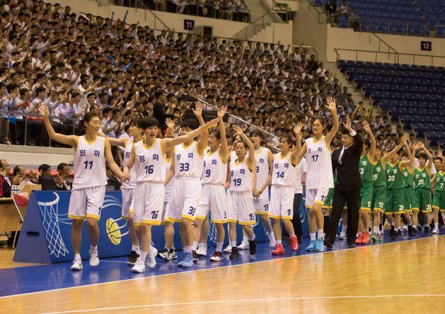 Kuzey Kore'nin başkenti Pyongyang'daki spor salonunda Kuzey ve Güney Kore'den kadın basketbolcular 15 yıl sonra ilk kez dostluk maçına çıktı. 'Barış' ve 'Refah' adlarını alan karma takımların maçını büyük bir izleyici topluluğu coşkuyla takip etti.