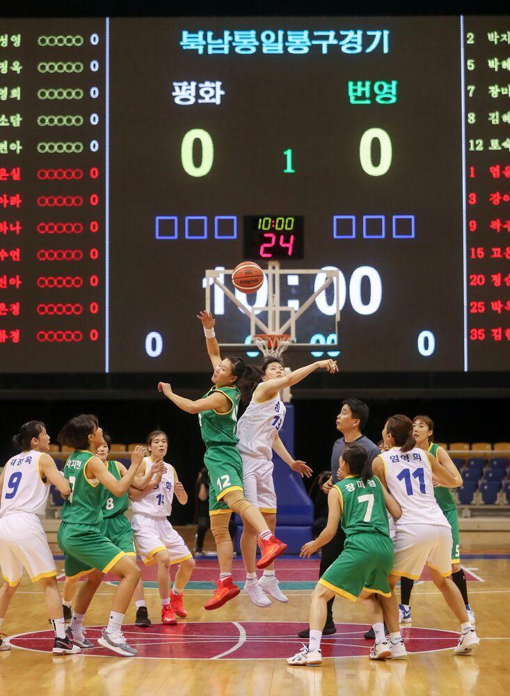 Maçı 'Refah' takımı 103-102 kazandı. Kadın oyuncuların ardından iki ülkeden erkek basketbolcular da karma takımlarda yer alarak birbiriyle mücadele etti. O karşılaşma 102-102 beraberlikle sona erdi. Perşembe günü Güney Kore ve Kuzey Kore takımları birbirinden ayrılarak 2 maç yapacak.  Güney Koreli sporcular ülkelerine cuma günü dönecek. Yarınki karşılaşmalarda spor salonuna iki ülkenin bayrakları da asılmayacak.