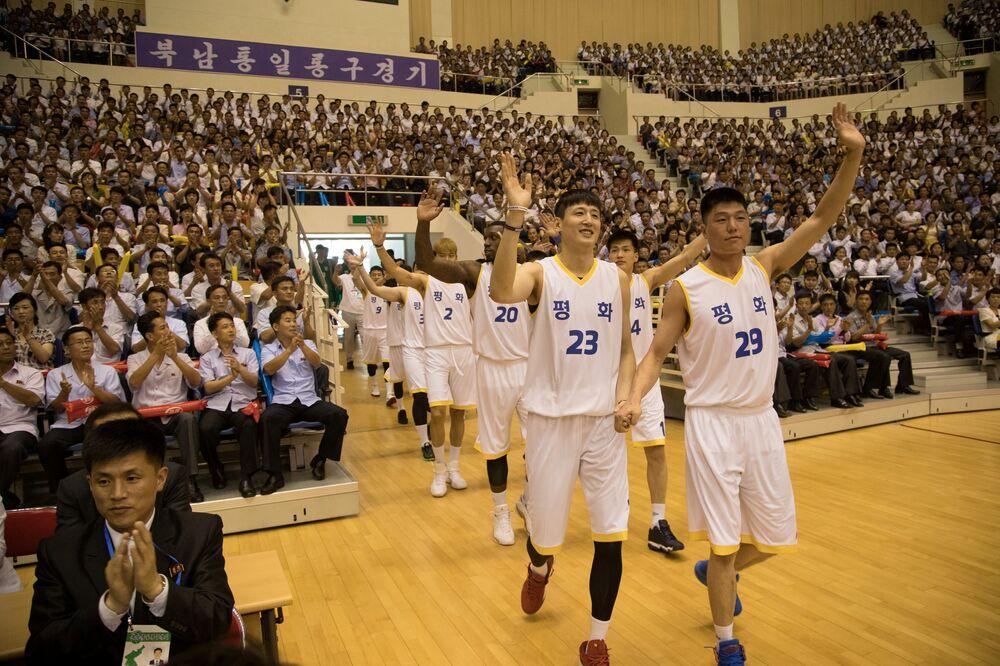 Kuzey Kore lideri Kim Jong-un bugünkü maçları izlemedi. Kuzey Kore liderinin yarınki organizasyona katılıp katılmayağı da belirsizliğini koruyor. İki ülke arasındaki gerginlik, Kim'in Yeni Yıl konuşmasında Seul'e zeytin dalı uzatması ile başlamış ardından Kuzey Kore, Güney Kore'deki Kış Olimpiyatları'na katılmış ve iki ülkeden hokey oyuncuları karma takım kurarak turnuvada mücadele etmişti. Ardından Kim, Güney Kore Devlet Başkanı, Çin Devlet Başkanı ve ABD Başkanı ile Kore Yarımadası'nda barışı sağlama girişimiyle ilgili olarak görüşmüştü.