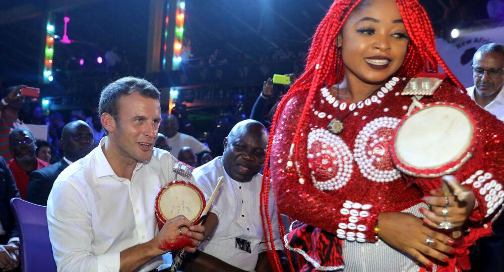Emmanuel Macron, Nijerya'nın Lagos kentinde Fela Kuti'ye ithaf edilen 'Yeni Afrika Tapınağı'nda