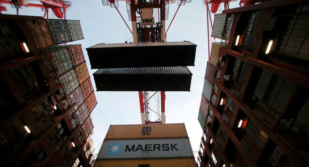 Şanghay limanında bir gemiden indirilen mallar