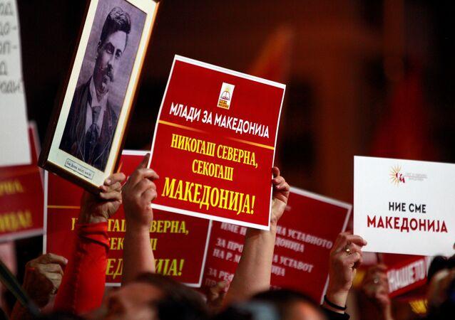 Üsküp'te Makedonya meclisi önünde ülke isminin değiştirilmesi anlaşmasını protesto gösterisi