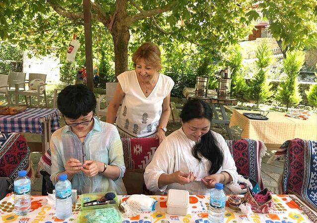 Japonya'dan gelen 7 kadın turist, İzmir'in Ödemiş ilçesinde iğne oyası yapmayı öğrendi