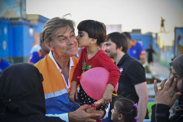 ABD'de yaşayan ünlü Türk cerrah Dr. Mehmet Öz, Suriye'nin Azez bölgesindeki bazı çocukları muayene etti - Sputnik Türkiye