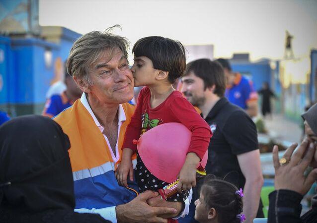 ABD'de yaşayan ünlü Türk cerrah Dr. Mehmet Öz, Suriye'nin Azez bölgesindeki bazı çocukları muayene etti