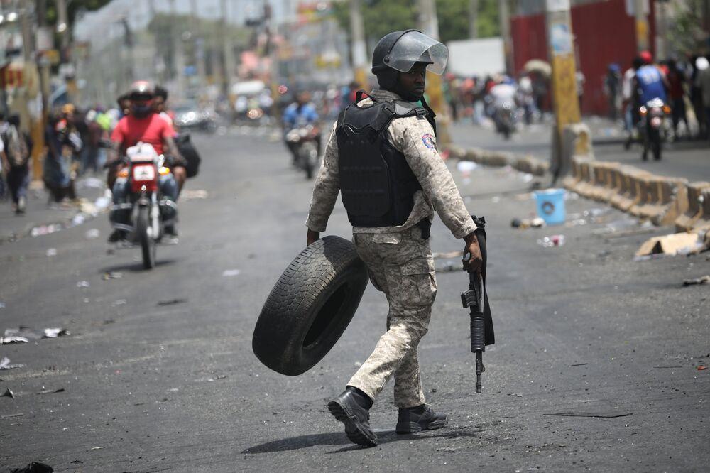 Haiti hükümeti, gösteriler üzerine cumartesi günü benzin ve dizel dahil yakıt fiyatlarına yüzde 38 ila 51 zam yapma planını rafa kaldırdı. AFP'nin aktardığına göre sokaklar da bugün itibarıyla göreceli olarak normale döndü. Polisin yollardaki barikatları kaldırmasıyla trafiğin de normale döndüğü açıklandı.