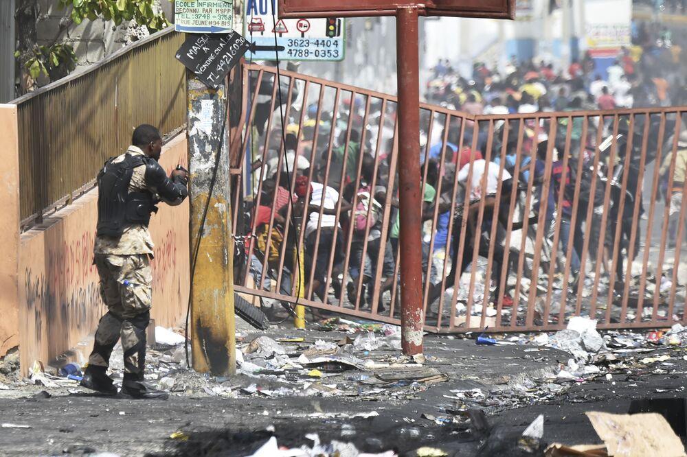 Ancak Fransa ve Kanada büyükelçilikleri bugün de Haiti'deki temsilciklerini kapalı tutacak. Haiti'deki ABD büyükelçiliği cumartesi günü yaptığı uyarıda ülkedeki vatandaşlarının evlerden dışarı çıkmamasını istemişti.