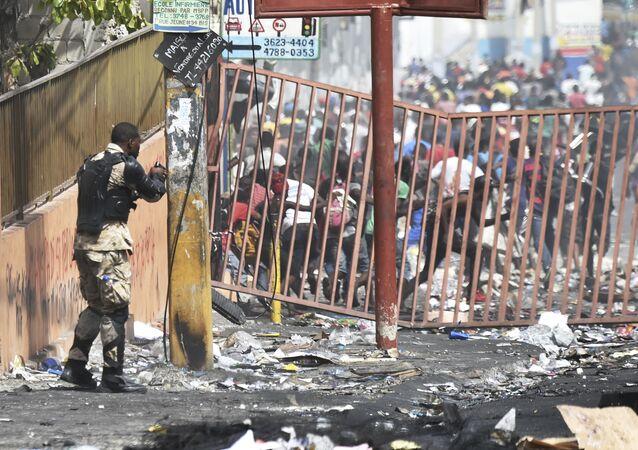 Ancak ABD ve Kanada büyükelçilikleri bugün de Haiti'deki temsilciklerini kapalı tutacak. Haiti'deki ABD büyükelçiliği cumartesi günü yaptığı uyarıda ülkedeki vatandaşlarının evlerden dışarı çıkmamasını istemişti.