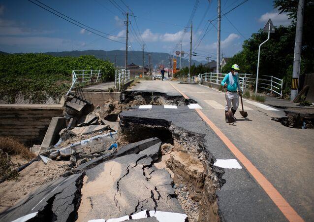 Japonya son 36 yılın en büyük sel felaketinin ardından toparlanmaya çalışıyor. Geçen hafta ülkenin batısında etkili olan şiddetli yağışların neden olduğu sel ve toprak kaymaları özellikle dik yamaçlarda yaşayan topluluklara büyük yıkım getirdi. Felakette ölenlerin sayısı 155'e yükselirken, hükümetin açıklamasına göre 67 kişi de kayıp.