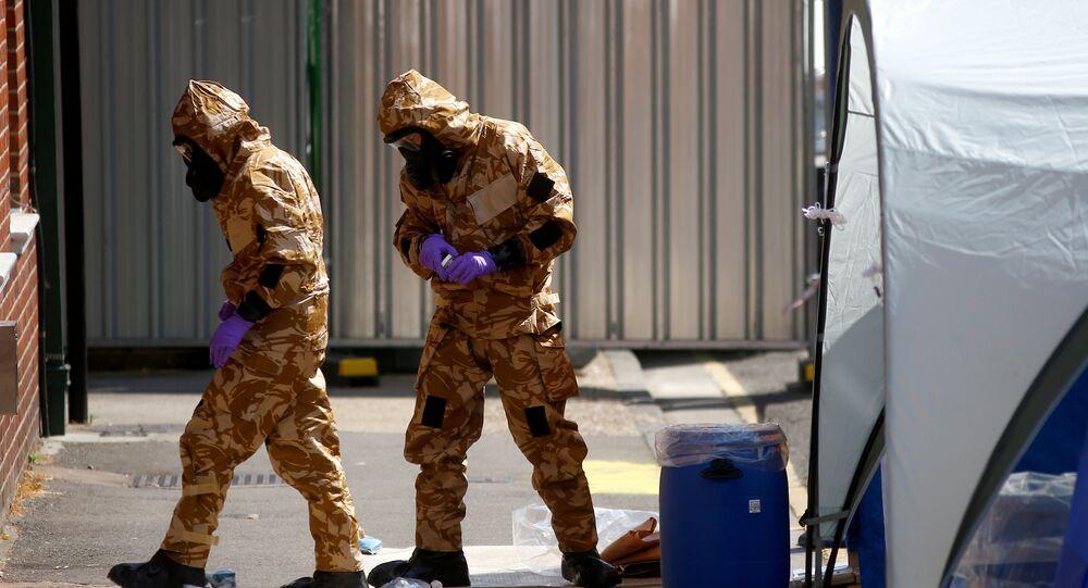 Amesbury'de koruyucu elbiseleriyle incelemelerde bulunan uzmanlar
