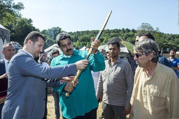 Venezuela kabinesinde 6 bakanın da eşlik ettiği Nicolas Maduro'ya, ziyaretin ardından bir kılıç hediye edildi ve Maduro, dizi setinden yine kendi kullandığı araçla ayrıldı. - Sputnik Türkiye