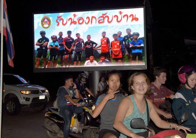 Taylandlı 12 çocuk ve antrenörleri