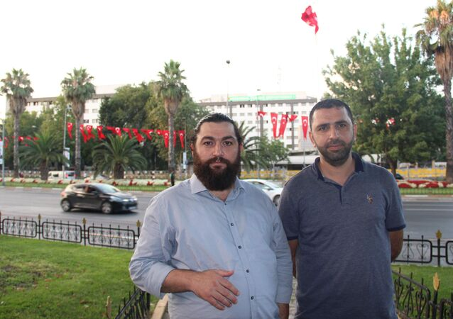 Adnan Oktar'ın avukatı Atanur Demir (sol)