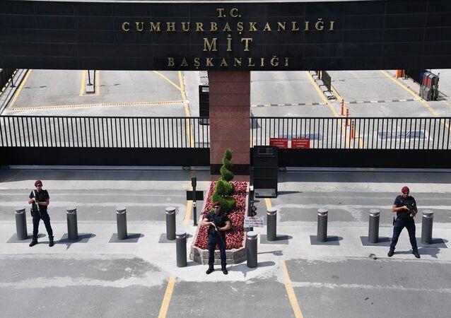 MİT'in giriş kapısındaki MİT Müsteşarlığı yazısı, MİT Başkanlığı olarak değiştirildi.