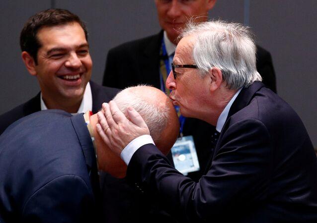 AB Komisyonu Başkanı Jean-Claude Juncker, 29 Haziran'daki AB liderleri zirvesi sırasında bir yetkiliyi başından öperken