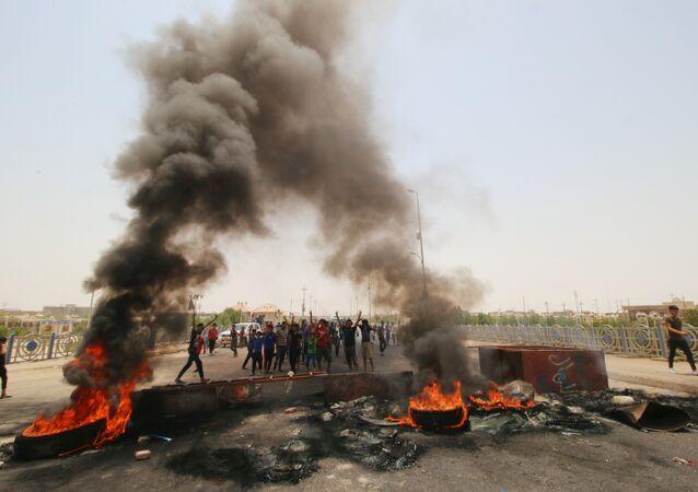 Basra kenti girişine barikat kuran eylemciler