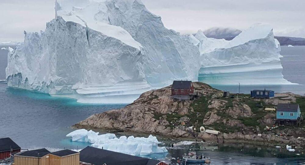 Grönland'daki bir köye yaklaşan buzdağı