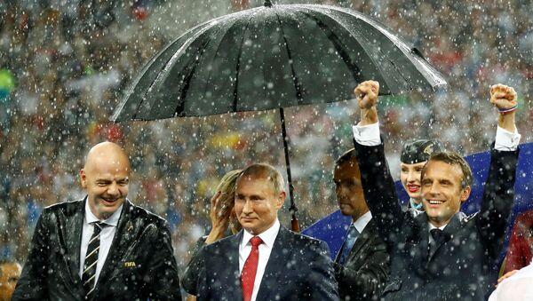 Rusya Devlet Başkanı Vladimir Putin, 2018 FIFA Dünya Kupası final maçının ardından FIFA Başkanı Gianni Infantino ve Fransa Cumhurbaşkanı Emmanuel Macron ile birlikte - Sputnik Türkiye