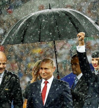 Rusya Devlet Başkanı Vladimir Putin, 2018 FIFA Dünya Kupası final maçının ardından FIFA Başkanı Gianni Infantino ve Fransa Cumhurbaşkanı Emmanuel Macron ile birlikte