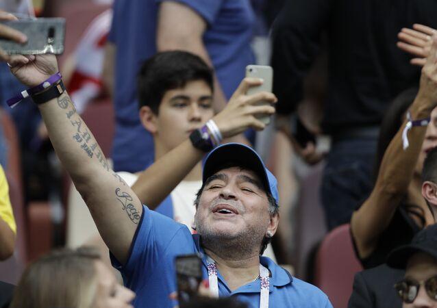Maradona Hırvatistan-Fransa arasında oynanan 2018 Dünya Kupası'nın finalini tribünden izlerken