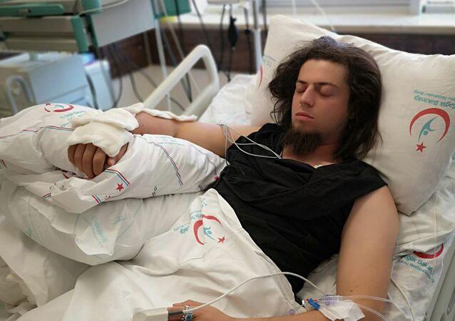 Kobra yılanı tarafından ısırılan Aref Ghafouri.