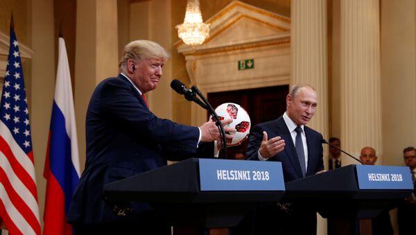 Helsinki zirvesinde Trump ile Putin arasında top şakası - Sputnik Türkiye