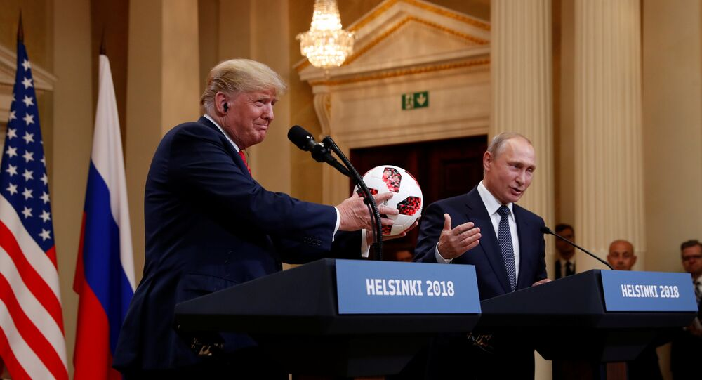 Helsinki zirvesinde Trump ile Putin arasında top şakası