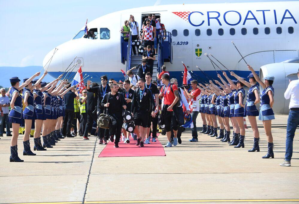 Hırvatistan Havayollarına ait özel uçakla Zagreb'deki Franjo Tudjman Havalimanı'na gelen milli takım kafilesine, Hırvatistan hava sahasına girdikleri andan itibaren Hava Kuvvetlerine ait uçaklar eşlik etti.  Milli takım kafilesi, havalimanındaki karşılama töreninin ardından üstü açık otobüsle merkezi kutlama töreninin yapılacağı Ban Jelacic Meydanı'na hareket etti