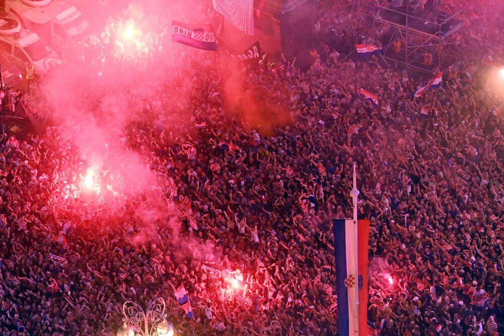 Yoğun taraftar ilgisi nedeniyle yaklaşık 5 saat süren yolculuğun ardından Ban Jelacic Meydanı'na gelen kafile, burada toplanan yüz binlerce kişi tarafından sevinç çığlıkları ve meşalelerle karşılandı