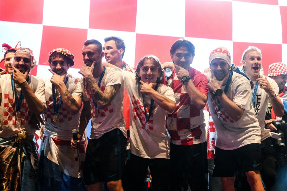 Futbolcular meydanda kendileri için hazırlanan sahneye çıkarak vatandaşları selamladı. Milli takım kafilesi, söylenen marş ve tezahüratlara eşlik etti. Adeta görsel bir şölenin yaşandığı meydanda toplanan kalabalığa seslenen takım kaptanı Luka Modric, dünya ikincisi olarak hayallerini gerçekleştirdiklerini belirterek, tüm Hırvatistan'a destekleri için teşekkür etti. Organizatörler, Ban Jelacic Meydanı'nda 500 binden fazla taraftarın toplandığını bildirdi