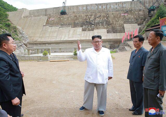Kuzey Kore lideri Kim Jong-un  Orangchon Elektrik Santrali'ni teftiş ederken