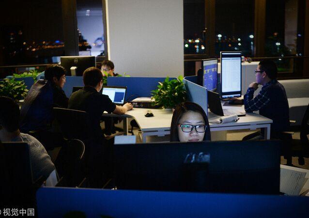 Çin'de geç saate kadar mesai yapan çalışanlar