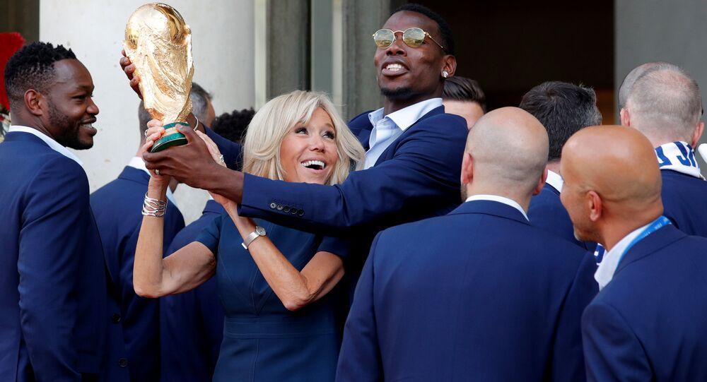 Fransa milli futbol takımı Dünya Kupası'nı Elysee Sarayı'na getirdi, davetin yıldızı Pogba first lady Brigitte Macron ile de şakalaştı (16 Temmuz 2018).