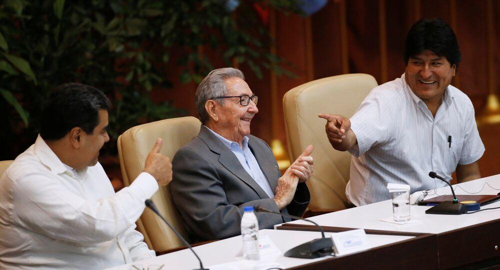 Küba'ın başkenti Havana'da yapılan 24. Sao Paulo Forumu'na katılan Venezüella Devlet Başkanı Nicolas Maduro,  Eski Küba Devlet Başkanı Raul Castro ve Bolviya Devlet Başkanı Evo Morales