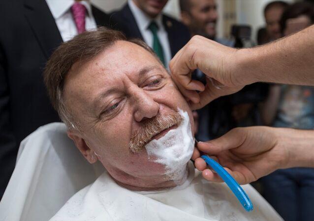 Aytuğ Atıcı, sakallarını kestirdi.