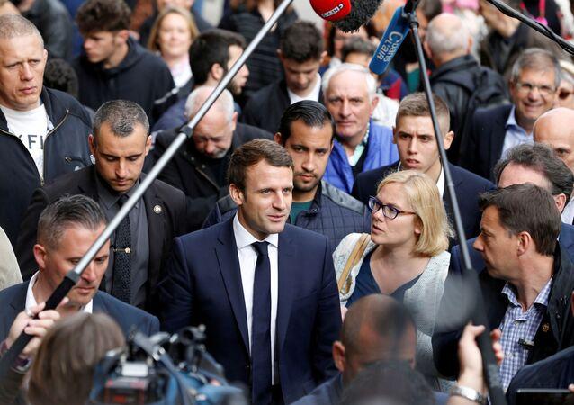 2017'deki kampanyası sırasında yaptığı bir gezi sırasında Cumhurbaşkanı Macron, güvenliğinden sorumlu olan Alexandre Benalla ile birlikteyken