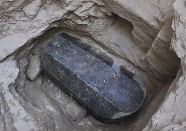 Mısır'da bulunan kara lahit mezar içinden 3 mumya çıktı