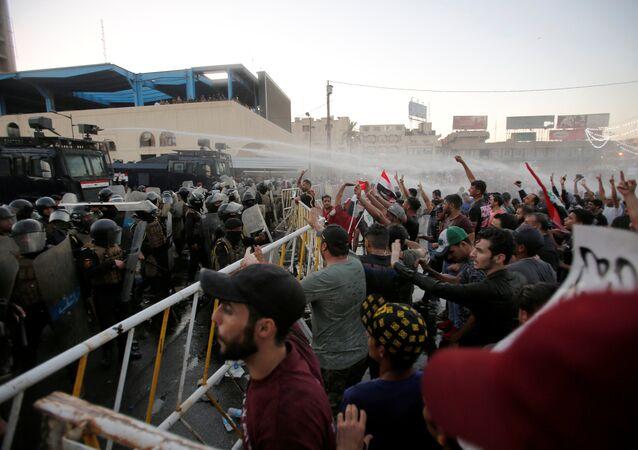 Irak'ın başkenti Bağdat'ta devam eden protestolara polis müdahale etti
