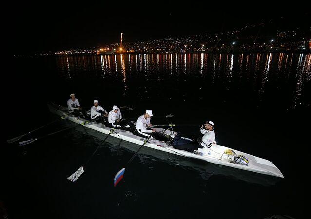 Rus kano sporcuları, denizde bir seferde en uzun yolculuğu yaparak Guinness Rekorlar Kitabı'na girebilmek için Trabzon'dan Karadeniz'e açıldı.