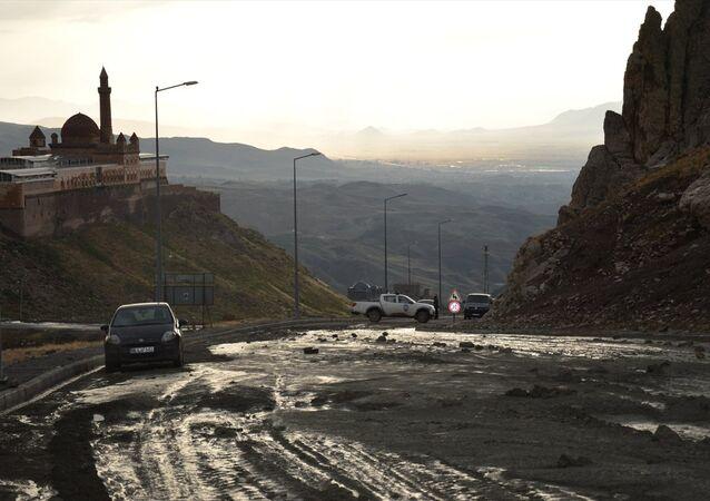 Doğubayazıt'taki şiddetli sağanak sonucu Ahmed-i Hani Türbesi'ni su bastı